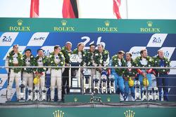 Algemeen podium: winnaars Timo Bernhard, Earl Bamber, Brendon Hartley, Porsche Team, tweede plaats Ho-Pin Tung, Oliver Jarvis, Thomas Laurent, DC Racing, derde plaats Mathias Beche, David Heinemeier Hansson, Nelson Piquet Jr., Vaillante Rebellion Racing