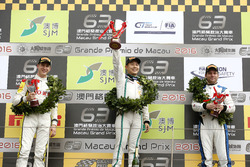 Podio GT-Cup: Ganador de la carrera Adderly Fong, Bentley Team Absolute, Bentley Continental GT3; se