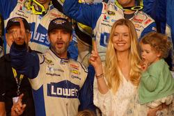Sieger und Champion 2016: Jimmie Johnson, Hendrick Motorsports, Chevrolet, mit Ehefrau Chandra und Tochter Genevieve Marie