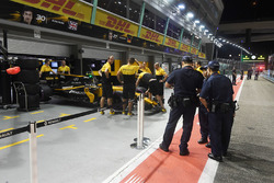 Renault Sport F1 Team mechanics and Renault Sport F1 Team RS17