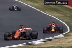 Фернандо Алонсо, McLaren MCL32, и Даниэль Риккардо, Red Bull Racing RB13