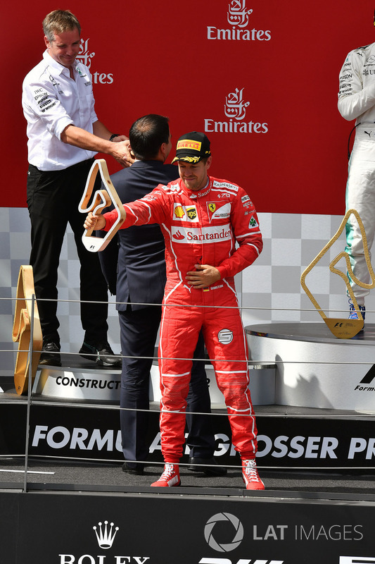 Себастьян Феттель, Ferrari, святкує своє друге місце на подіумі