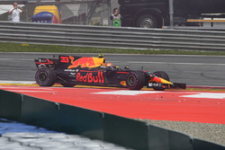 Max Verstappen, Red Bull Racing RB13, nach Kollision