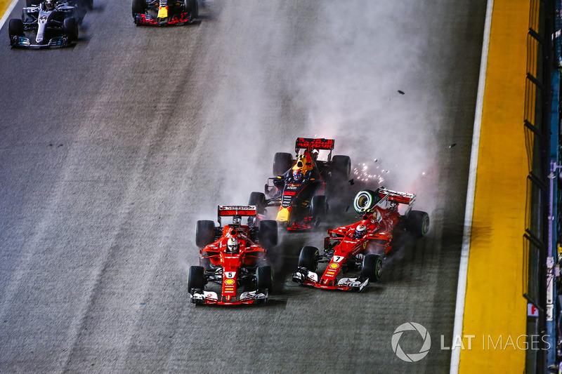 Sebastian Vettel, Ferrari SF70H, Max Verstappen, Red Bull Racing RB13, Kimi Raikkonen, Ferrari SF70H, chocan al inicio de la carrera.
