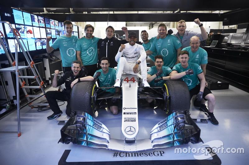 Lewis Hamilton, Mercedes AMG, fête sa victoire avec son équipe
