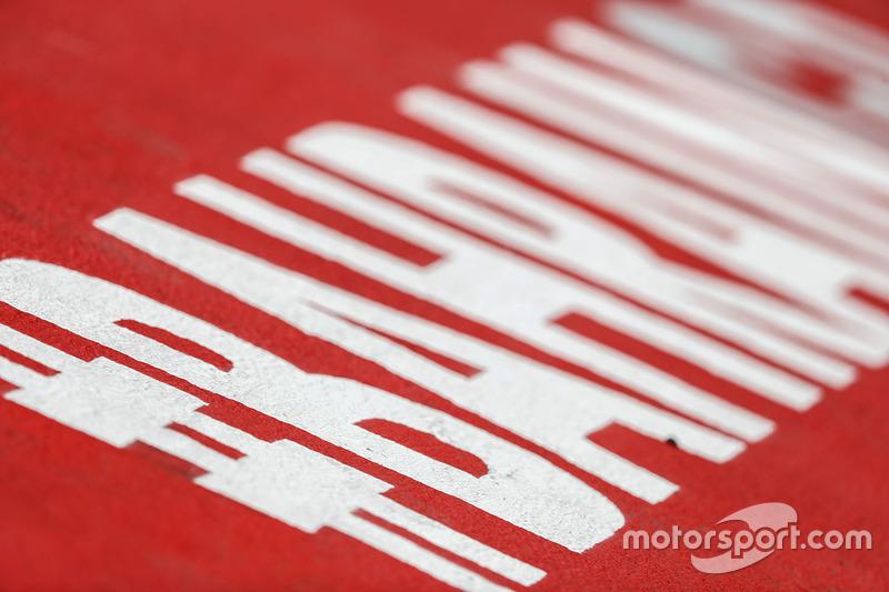 Надпис #Bahrain GP на трасі