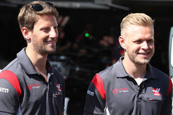 Romain Grosjean, Haas F1 Team, Kevin Magnussen, Haas F1 Team, in the pits