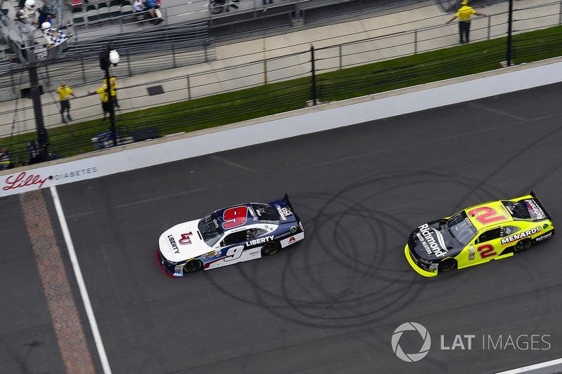 William Byron, JR Motorsports Chevrolet toma la bandera a cuadros y la victoria delante de Paul Menard, Richard Childress Racing Chevrolet