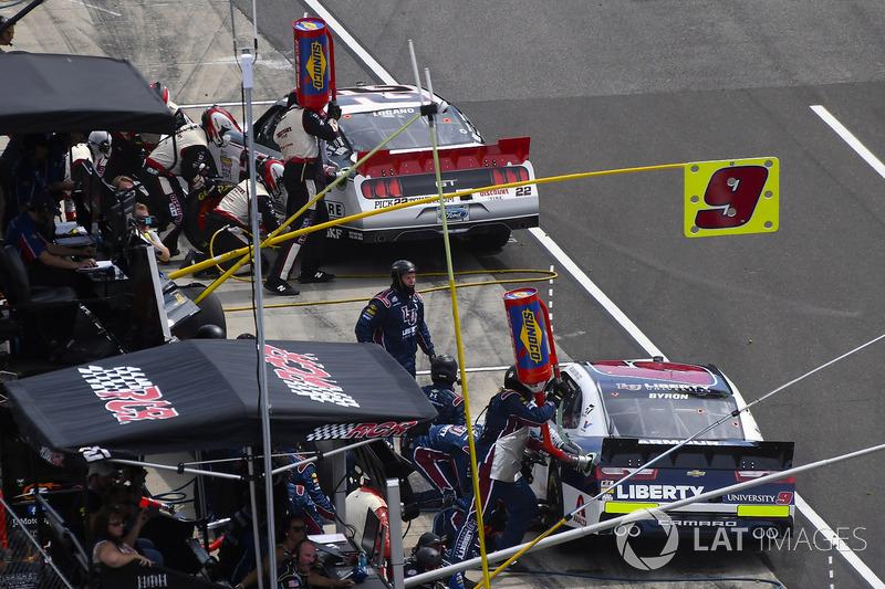 Joey Logano, Team Penske Ford y William Byron, JR Motorsports Chevrolet