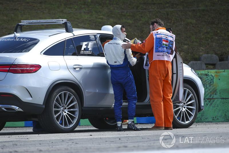 Pascal Wehrlein, Sauber C36-Ferrari, es asistido por los oficiales después de su choque en la PL2