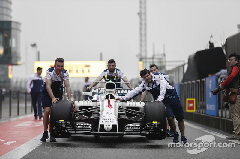 Teammitglieder von Williams mit Williams FW40