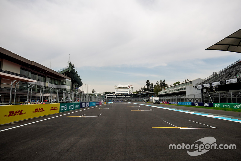 The start / finish straight and grid