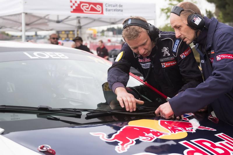 Teammitglieder am Auto von Sebastien Loeb, Team Peugeot-Hansen, Peugeot 208 WRX