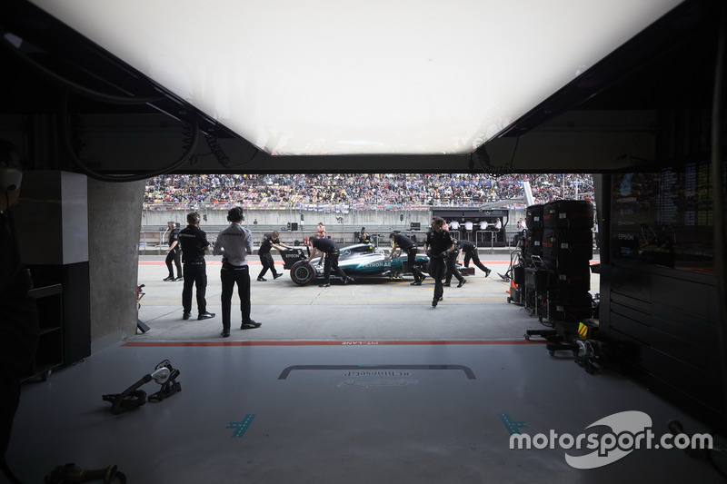 Gli ingegneri recuperano la monoposto di Valtteri Bottas, Mercedes AMG F1 W08, dalla pit lane