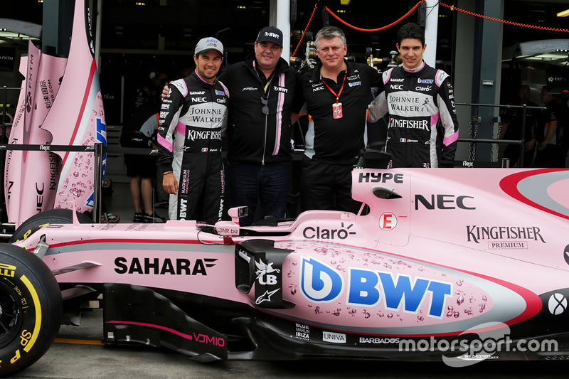 Sergio Pérez, Sahara Force India F1, Otmar Szafnauer, Sahara Force India F1 jefe de operaciones, y Esteban Ocon, Sahara Force India F1 Team con el Sahara Force India F1 VJM10