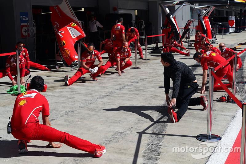 Растяжка на пит-лейне: механики Ferrari