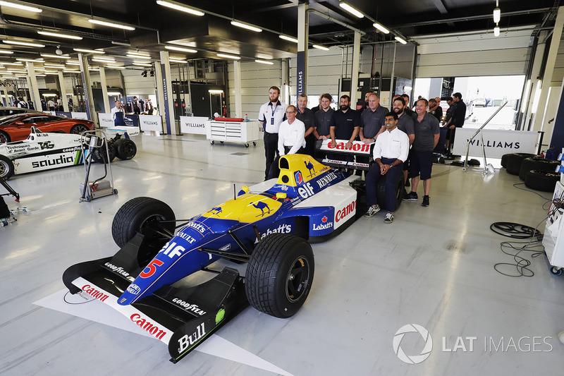 Gruppenfoto neben dem Williams FW14B Renault