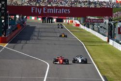 Kimi Raikkonen, Ferrari SF70H, en lutte avec Felipe Massa, Williams FW40