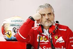 Maurizio Arrivabene, Team Principal, Ferrari con il casco di Sebastian Vettel