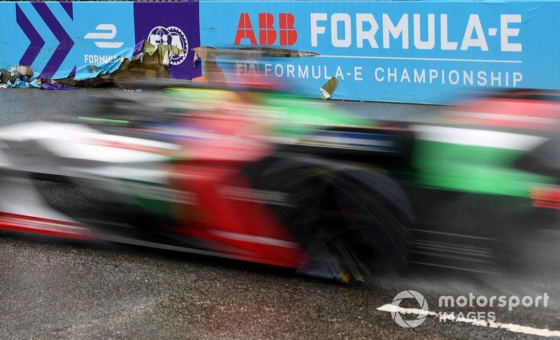 Lucas Di Grassi, Audi Sport ABT Schaeffler, Audi e-tron FE05 passa le barriere danneggiate da Jean-Eric Vergne, DS TECHEETAH, DS E-Tense FE19
