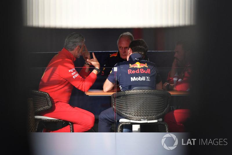 Maurizio Arrivabene, director de Ferrari, Dr Helmut Marko, consultor de Red Bull, Christian Horner, director de Red Bull, y Gino Rosato, Ferrari