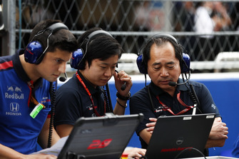 Toyoharu Tanabe, F1 Technical Director, Honda, on the grid with engineers