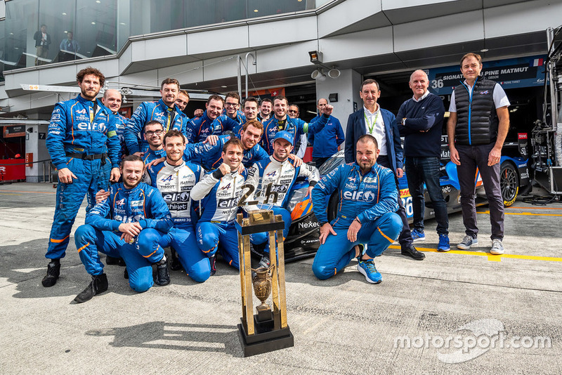 Nicolas Lapierre, Andre Negrao, Pierre Thiriet, Signatech Alpine Matmut with the 24 Hours of Le Mans LMP2 winner trophy