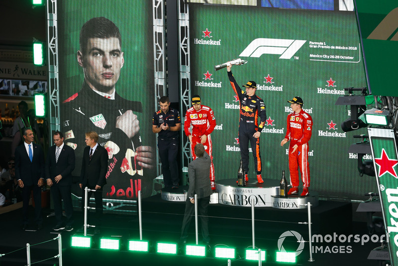 Podio: segundo lugar Sebastian Vettel, Ferrari, ganador de la carrera Max Verstappen, Red Bull Racing, y tercer lugar Kimi Raikkonen, Ferrari