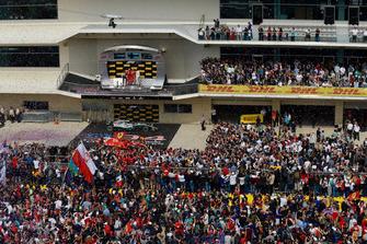 Tifosi in pista con Max Verstappen, Red Bull Racing, Carlo Santi, Ferrari ingegnere di pista, Kimi Raikkonen, Ferrari e Lewis Hamilton, Mercedes AMG F1, sul podio