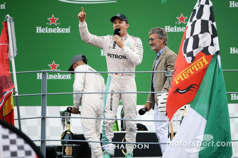 Race winner Nico Rosberg, Mercedes AMG F1 on the podium with Eddie Jordan