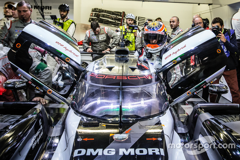 Les polemen #2 Porsche Team Porsche 919 Hybrid: Romain Dumas, Neel Jani, Marc Lieb back dans leur stand