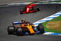 Stoffel Vandoorne, McLaren MCL33, precede Kimi Raikkonen, Ferrari SF71H