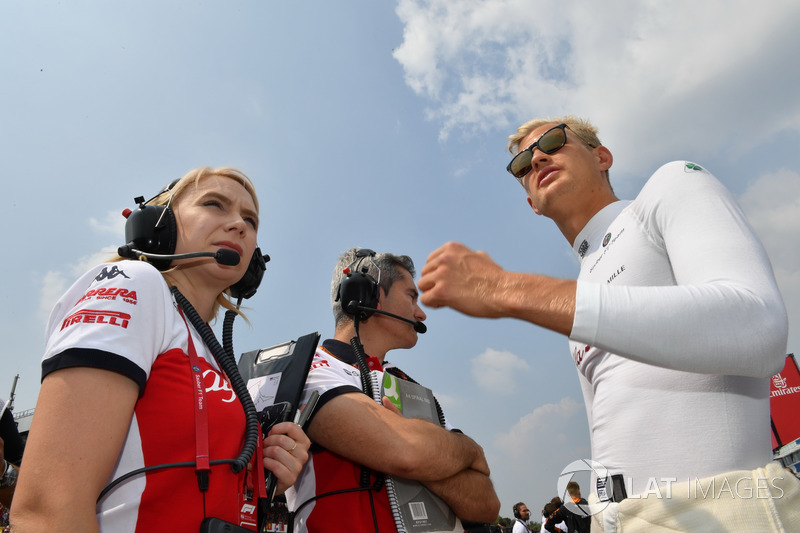Marcus Ericsson, Sauber, Xevi Pujolar, Sauber Head of Track Engineering and Ruth Buscombe, Sauber Race Strategist on the grid