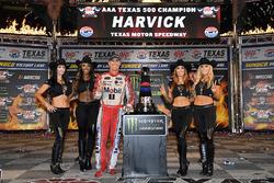 1. Kevin Harvick, Stewart-Haas Racing Ford, mit den Monster-Girls