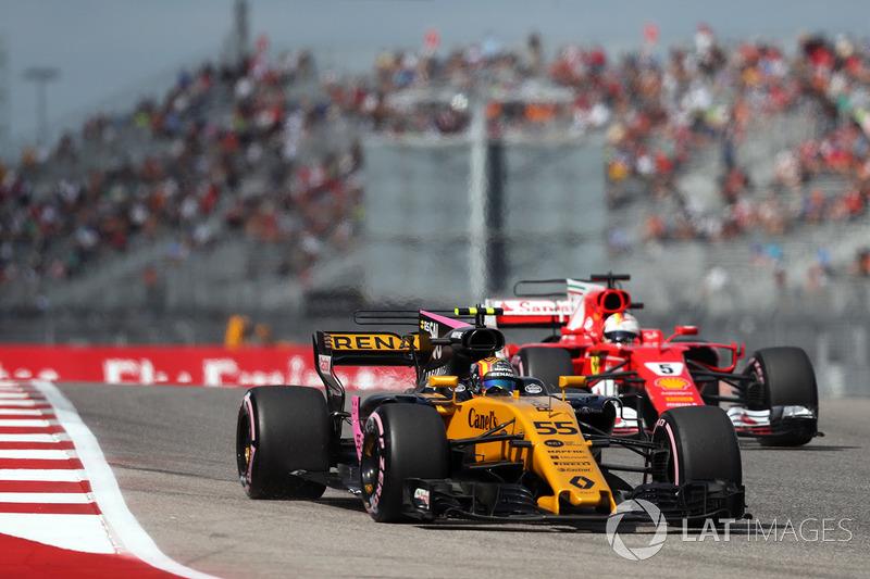 Carlos Sainz Jr., Renault Sport F1 Team RS17 y Sebastian Vettel, Ferrari SF70H