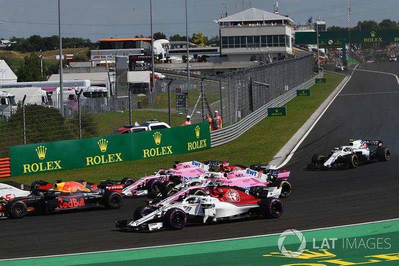 Marcus Ericsson, Sauber C37 et Esteban Ocon, Force India VJM11 au départ