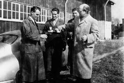 De izquierda a derecha: Wilhelm Emmerich, entonces Jefe de Reparación, Hugo Heiner, luego Engine Builders, Herbert Linge y Dr. Schneider. Ottomar Domnick en el sitio de la tienda de carrocería Reutter en 1950