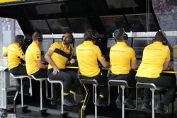 Cyril Abiteboul, Managing Director, Renault Sport F1 Team, and the rest of the Renault team on the pit wall