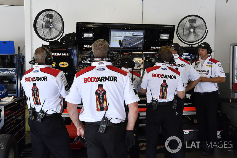 La crew di Ryan Blaney, Team Penske, Ford Fusion BodyArmor