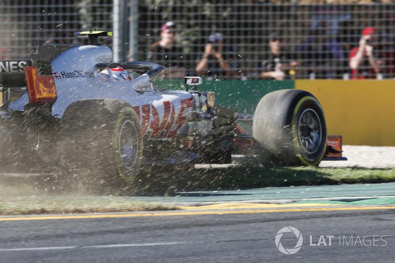 Kevin Magnussen, Haas F1 Team VF-18 Ferrari, corre fuera de pista