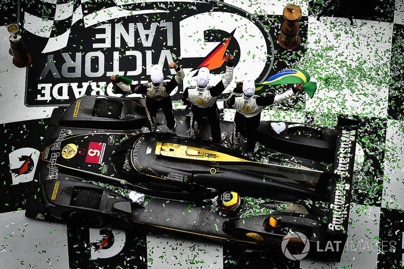 6. #5 Action Express Racing Cadillac DPi, P: Joao Barbosa, Christian Fittipaldi, Filipe Albuquerque celebra en victory lane