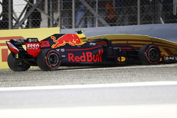Max Verstappen, Red Bull Racing RB14 Tag Heuer, crashes in qualifying