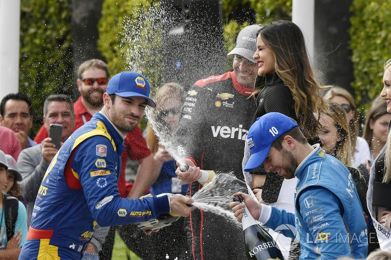Alexander Rossi, Andretti Autosport Honda, Ed Jones, Chip Ganassi Racing Honda, Will Power, Team Penske Chevrolet avec du champagne sur le podium