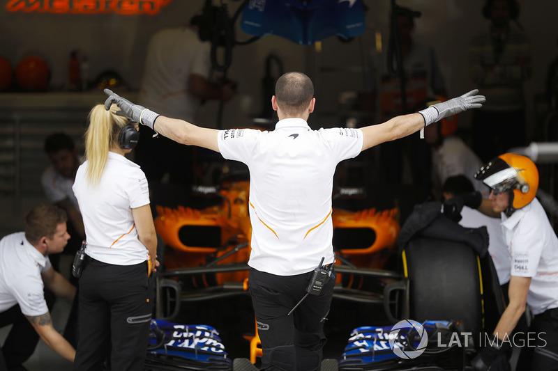 El equipo McLaren se prepara para enviar a Fernando Alonso, McLaren MCL33, a una carrera clasificatoria