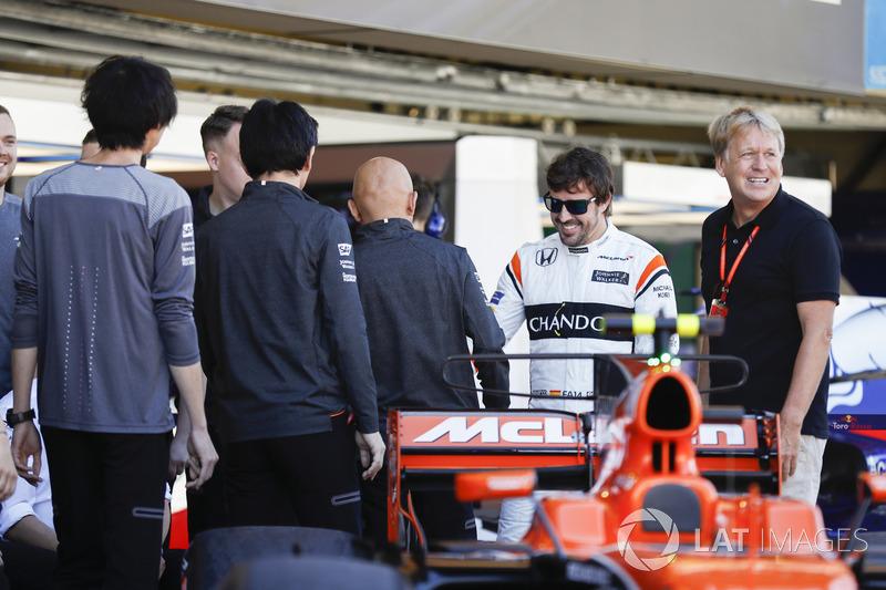 Fernando Alonso, McLaren con el fotógrafo de LAT Steven Tee