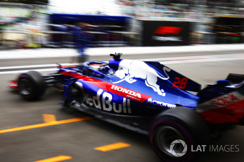 Brendon Hartley, Toro Rosso STR13 Honda, leaves the garage