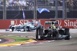 Nico Rosberg, Mercedes W04, precede Lewis Hamilton, Mercedes W04