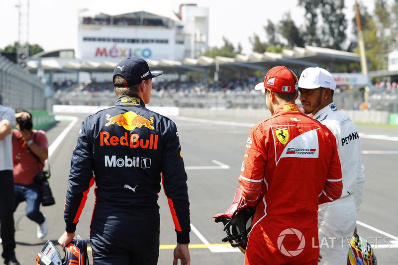 Sebastian Vettel, Ferrari, habla con Max Verstappen, Red Bull Racing, Lewis Hamilton, Mercedes AMG F1