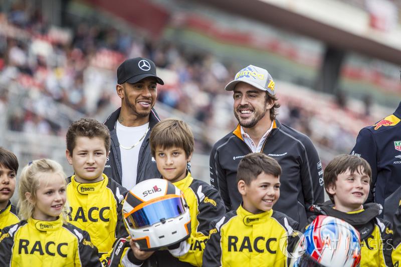 Lewis Hamilton, Mercedes-AMG F1 y Fernando Alonso, McLaren con jóvenes pilotos de Kart de RACC
