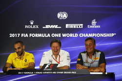 Cyril Abiteboul, Renault Sport F1 Managing Director, Zak Brown, McLaren Executive Director en Mario Isola, Pirelli-baas, in de persconferentie